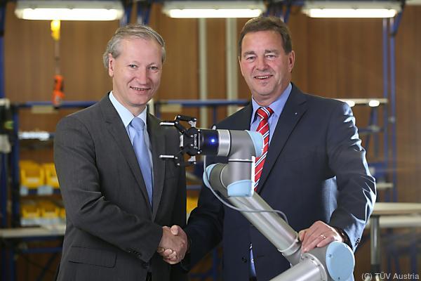 Stefan Haas und Wilfried Sihn (re.) besiegelten die Kooperation © TÜV Austria