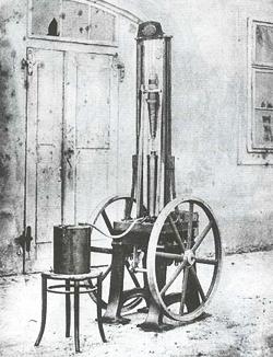 """Es wird vermutet, dass Siegfried Marcus um 1870 als Erster ein Benzin-Automobil entwickelte, den """"Marcus-Wagen""""."""