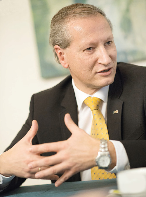 Dr. Stefan Haas, CEO grupacije TÜV AUSTRIA, studirao je na Tehničkom sveučilištu u Beču i priznati je strojarski inženjer: Dobitnik je Nagrade za inovacije Donje Austrije i - uz ostale nagrade - dodijeljen mu je i svjetski poželjni European Railroa