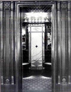 Die Geschichte des TÜV AUSTRIA: Mit der Erfindung des Elektromotors begann auch die Entwicklung des heute allgemein üblichen Aufzugsantriebs: Revitalisierter Hotelaufzug, errichtet um 1900