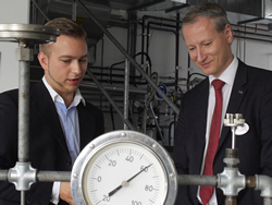 TÜV AUSTRIA CEO Dr. Stefan Haas (r) is shown a training laboratory at the TÜV AUSTRIA-OMV Academy Weinviertel in Lower Austria. Photo: Rainer Hackstock.