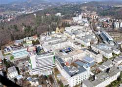 Zu den ersten Aufträgen der TÜV AUSTRIA Medizintechnik gehörte die Prüfung der Elektroanlage am LKH Graz. Im Bild das LKH-Universitätsklinikum Graz 2010: Mit 1.350 Ärzten, rund 7.500 Angestellten und 1.500 Betten eines der größten Krankenhäuser