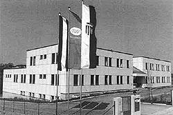 Das 1993 erbaute Prüfzentrum in Wels/Thalheim: 1994 übernahm der frühere Leiter, Dipl.-Ing. Dr. Hugo Eberhardt die Geschäftsführung des Vereins.