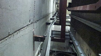 TÜV AUSTRIA records defects in elevators: Rail track of the counterweight looking from top to bottom in the lift shaft