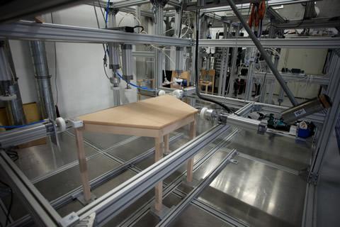 Möbelprüfung auf dem TÜV AUSTRIA-entwickelten Prüfstand