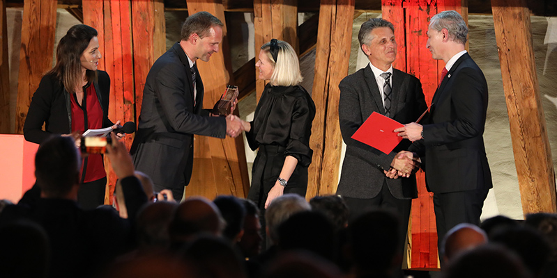 """Die ÖBB Postbus Gmbh wurde für ihr Projekt """"Smart Glasses"""" mit dem TÜV AUSTRIA Wissenschaftspreis in der Kategorie """"Unternehmenspraxis"""" ausgezeichnet, v.l.n.r. DI (FH) Thomas Greiner, MSc, TÜV AUSTRIA Wissenschaftspreisträger 2016, Mag. Silvia Kaupa Götzl LL.M. und Ewald Koller, ÖBB Postbus GmbH, Dr. Stefan Haas, CEO TÜV AUSTRIA Group. www.tuvaustria.com/wissenschaftspreis (C) TÜV AUSTRIA, Marion Huber"""