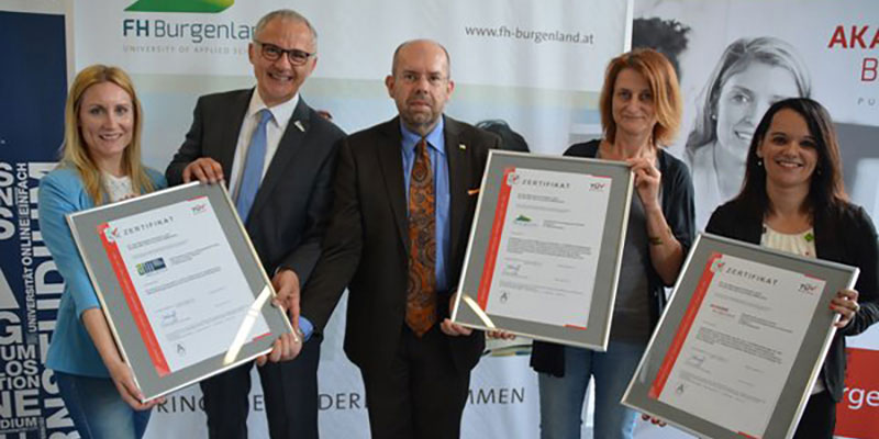 TÜV AUSTRIA-Gutachter Gerhard Eichinger (m.) überreichte die Zertifikate an die erfreuten Geschäftsführer der drei Unternehmen.