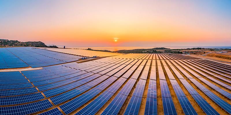 "Gesucht: Photovoltaik-Profis - TÜV AUSTRIA Akademie und Photovoltaic Austria präsentieren neuen Kurs ""Fachgerechte mechanische Photovoltaikmontage"" (C) Shutterstock, Nguyen Tonkin'"