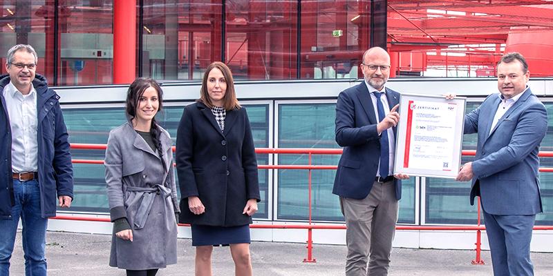 Europäische Wirtschaft übernimmt Verantwortung mit zertifiziertem Hygienemanagement von TÜV AUSTRIA v. l. n. r.: Alexander Schilling und Elisabeth Lüftenegger (SES Facility Management), Anita Reitmaier (Vertrieb Managementsysteme TÜV AUSTRIA), Christoph Andexlinger (SES Head of Center- & Facility Management), und Klaus Mlekus (Vertriebsleiter TÜV AUSTRIA) bei der Zertifikatsübergabe in Salzburg (C) wildbild
