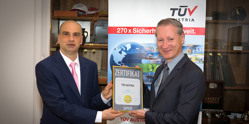 Dr. Jürgen Molner, Country Brand Manager Superbrands Austria, überreicht TÜV AUSTRIA CEO Dr. Stefan Haas das Super Brands 2015-2016 Zertifikat.