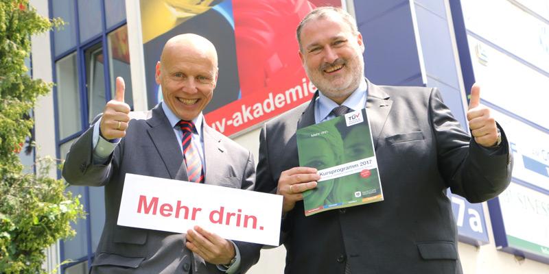 Mehr drin: Das Kursprogramm 2017 der TÜV AUSTRIA Akademie, Bildunterschrift:  Mag. (FH) Christian Bayer (li) und Thomas Rochowansky, MBA (re), (C) TÜV AUSTRIA Akademie, Nina Munk