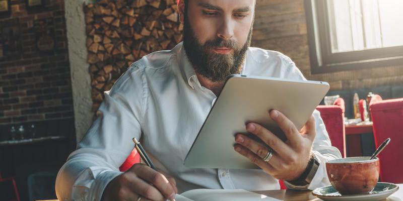 Klick TÜV AUSTRIA Akademie: Webinare & E-Learning, (C) Shutterstock, Foxy Burrow