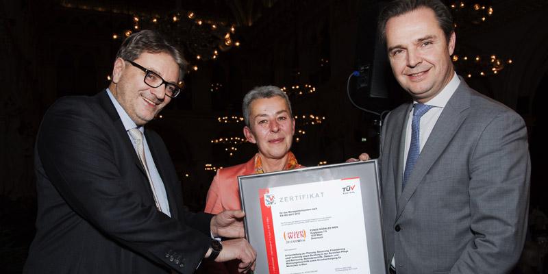FSW-Geschäftsführer Peter Hacker, Gemeinderätin Gabi Mörk und Rob Bekkers (Executive Director Life, Training & Certification TÜV AUSTRIA) © Linda Dziacek