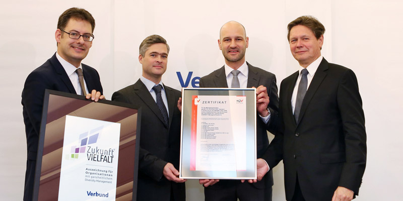 Zertifiziertes Diversity Management bei VERBUND: (v.l.n.r.) Peter Rieder (Arbeitswelten Consulting), Georg Westphal (VERBUND), David Kuss (Vertriebsleiter TÜV AUSTRIA Business Area Life, Training & Certification), Wolfgang Anzengruber (VERBUND CEO)©VERB