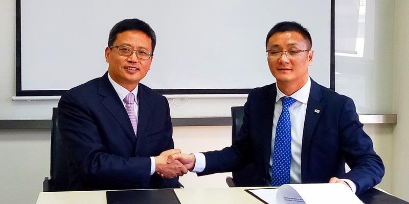Konformitätsbescheinigung für die 22-kW-AC-Ladestation und die 60-kW-DC-Ladestation: (v.l.n.r.) Ye Shuguang, General Manager LinYang, Ivan Huang, General Manager TÜV AUSTRIA Shanghai.