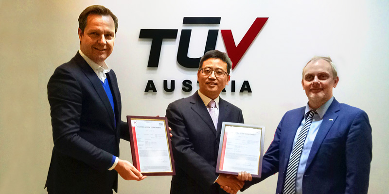 Konformitätsbescheinigung für die 22-kW-AC-Ladestation und die 60-kW-DC-Ladestation: (v.l.n.r.) Rob Bekkers, Senior Vice President Business Development TÜV AUSTRIA, Ye Shuguang, General Manager von LinYang, Dr. Reinhard Preiss, director Industry & Ener