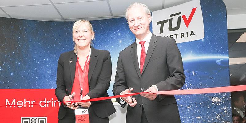 Mehr drin in Oberösterreich: v.l. Vizebürgermeisterin Dr. Sabine Naderer-Jelinek, Dr. Stefan Haas, CEO TÜV AUSTRIA Group, bei der offiziellen Eröffnung des TÜV AUSTRIA Standortes in Leonding.