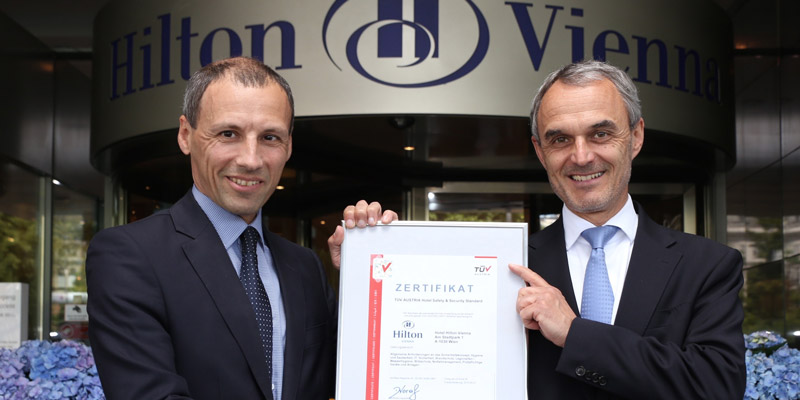 Stefan Wallner, Executive Director of TÜV AUSTRIA CERT GMBH and Business Area Manager LTC – Life, Training & Certification, presents the TÜV AUSTRIA Hotel Safety & Security Certificate to Norbert B. Lessing, Country General Manager Hilton Hotels Austr