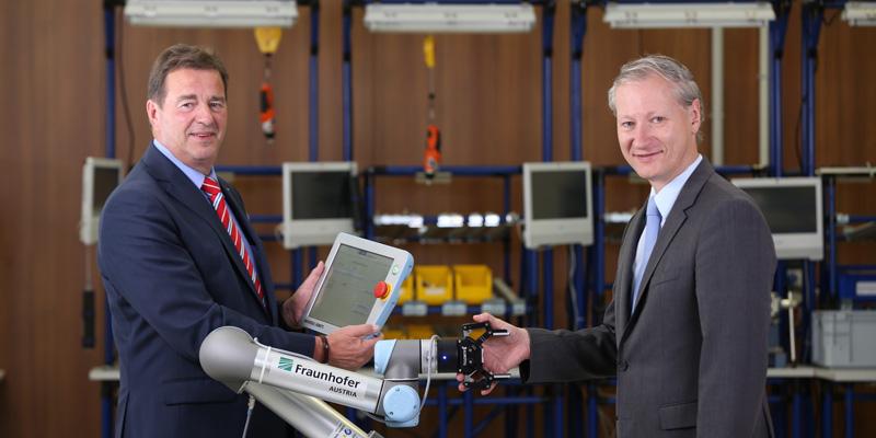 Mensch-Roboter-Kollaboration (MRK) - v.l.n.r.: Wilfried Sihn, Geschäftsführer des Fraunhofer Instituts und Stefan Haas, CEO der TÜV AUSTRIA Gruppe (C) TÜV AUSTRIA, Andreas Amsüss
