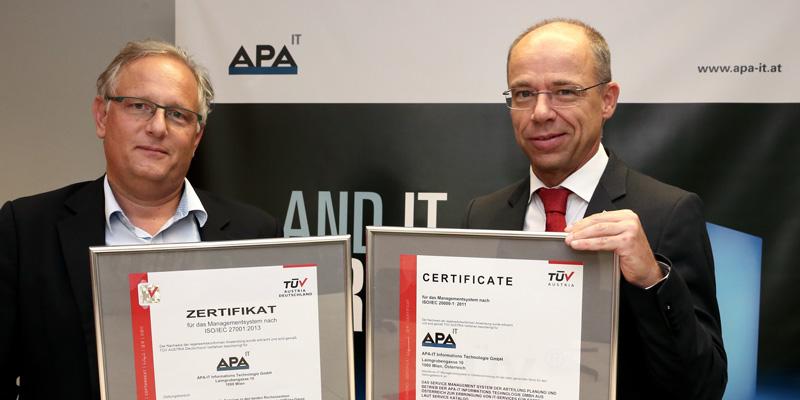 APA-IT erhält von TÜV AUSTRIA ISO 27001-Qualitätssiegel für Informationssicherheit, v.l.n.r. Alexander Falchetto (APA-IT), Christoph Wenninger (CFO, TÜV AUSTRIA), Foto: Peter Hautzinger, (C) TÜV AUSTRIA, Andreas Amsüss