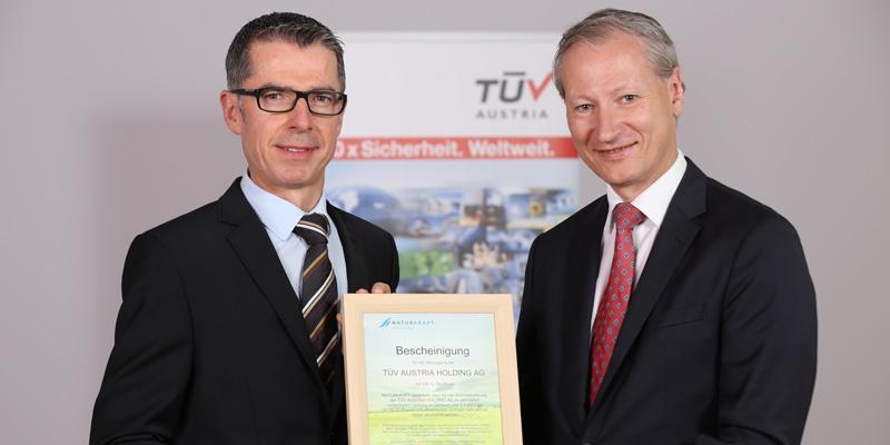 TÜV AUSTRIA checks green electricity from NATURKRAFT (f.l.t.r.) Leopold Wanzenböck, General Manager NATURKRAFT, Stefan Haas, CEO TÜV AUSTRIA Group, (C) TÜV AUSTRIA, Andreas Amsüss