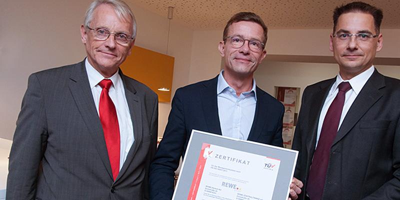 Die REWE Group hat in Deutschland erfolgreich ein zentrales Energiemanagementsystem nach DIN EN ISO 50001 etabliert, zertifiziert von TÜV AUSTRIA (Foto: A.Bachhausen, REWE Group).