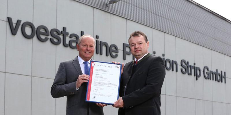 Zertifizierte Präzision: (v.l.n.r.): Leander Ahorner, voestalpine Precision Strip, Klaus Mlekus, TÜV AUSTRIA Business Unit Life, Training, Certification (C) TÜV AUSTRIA, A. Amsüss